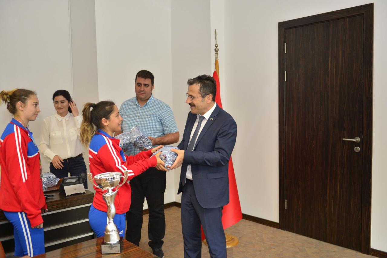 """Türkiye 2. Kadın Hentbol Takımımız """"Kupayı"""" Üniversitemize Getirdi"""