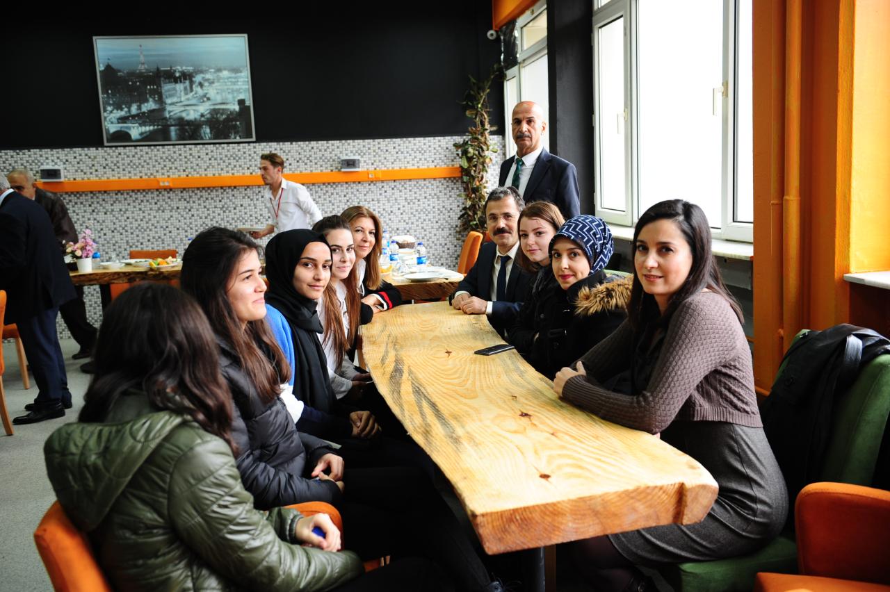 Rektörümüz Eğitim Fakültesi Öğrencileri ile Öğle Yemeği Yedi
