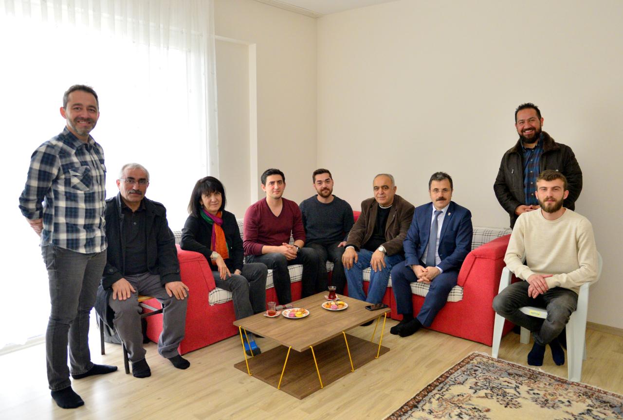 """Rektörümüz Barınma Hakkı Kazanan """"Bursiyer/Araştırmacı"""" Öğrencilerimizi Evlerinde Ziyaret Etti"""