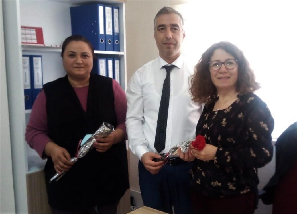 Rektör Çiçek, Kadınlara Karanfil Dağıttı