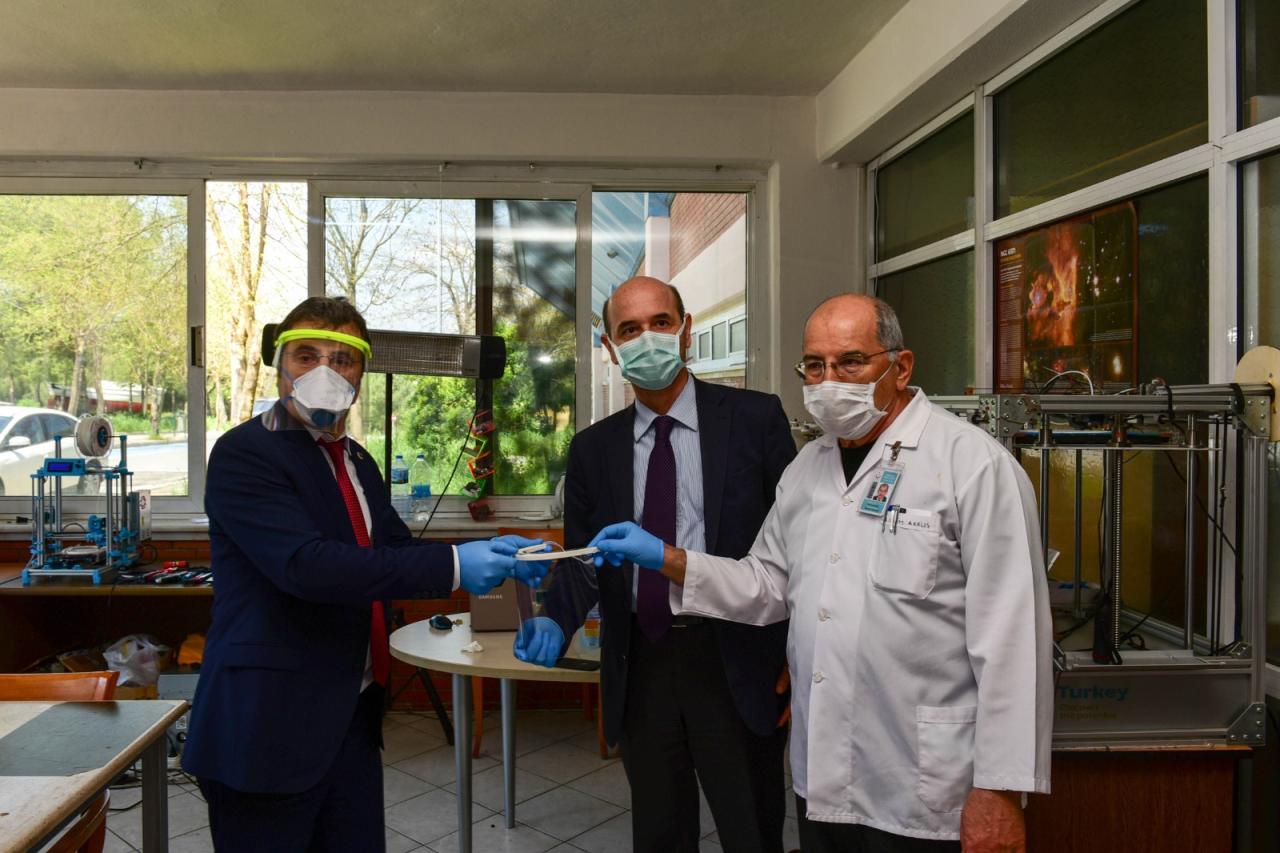 Üniversitemiz öğrencileri yüz koruyucu siperlik üretti