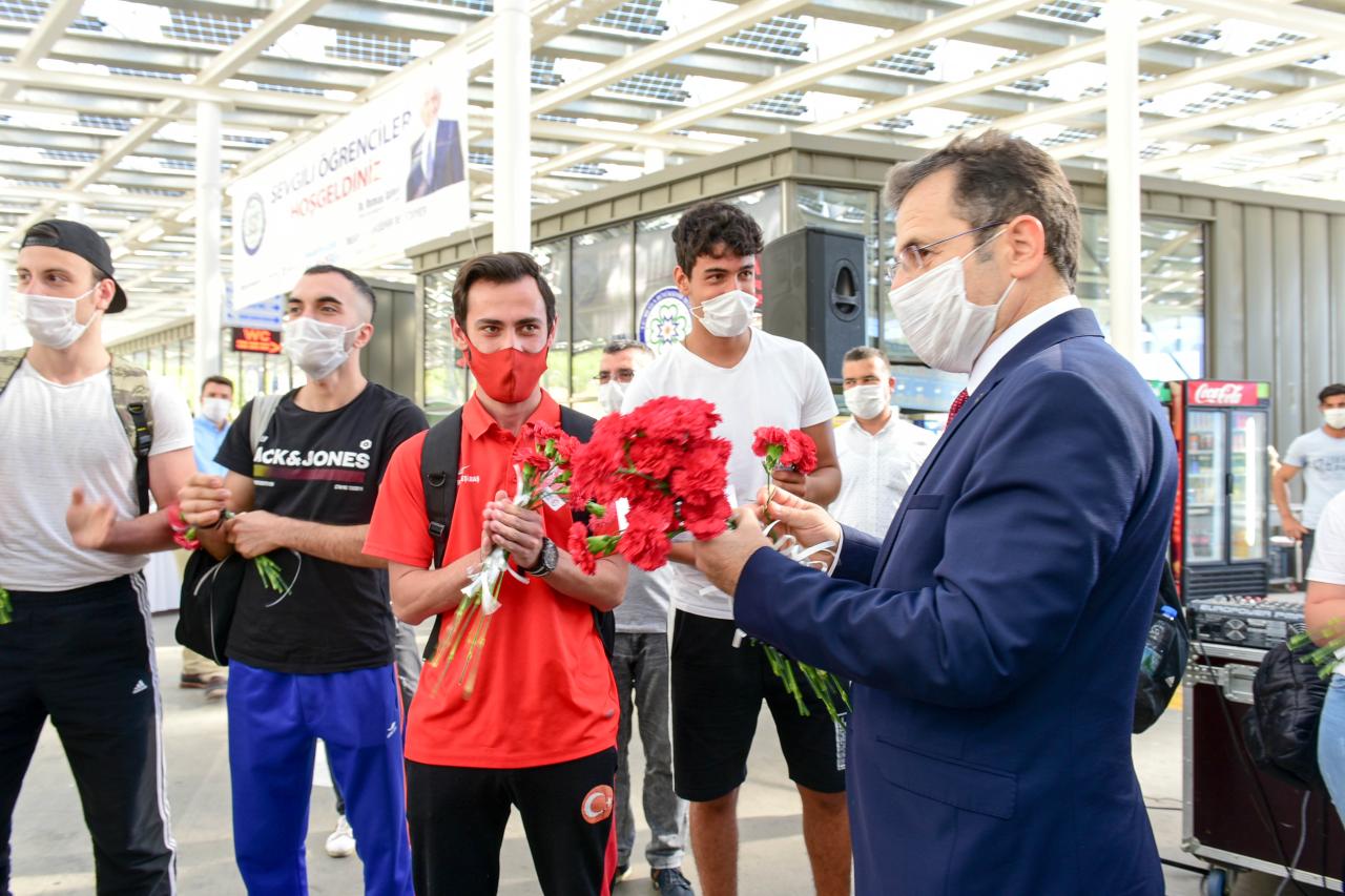 MSKÜ'lü Yeni Öğrencilerimiz Karanfillerle Karşılandı