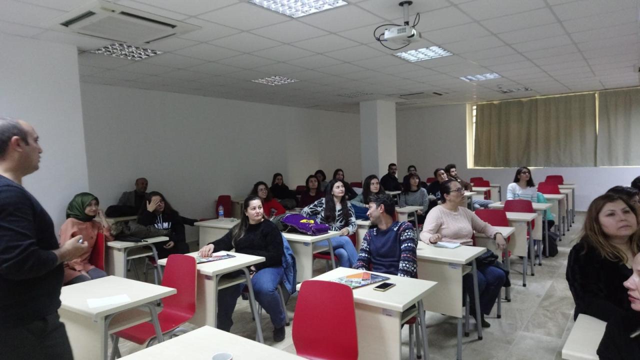 """Üniversitesi Yaşam Boyu Öğrenme Uygulama ve Araştırma Merkezinde """"Dijital Çağda Anne Baba Olmak"""" Eğitimi Verildi"""