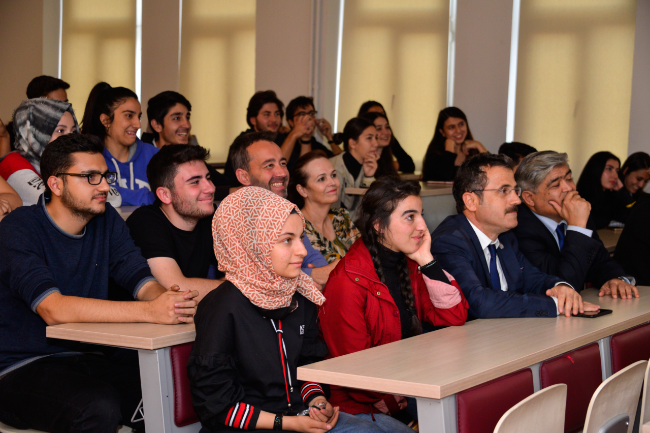 Rektörümüz Mimarlık Fakültesi Öğrencileri ile Bir Araya Geldi
