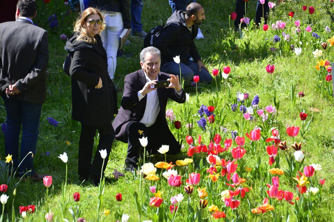 Üniversitemiz Divan Şiiri Bahçesinde Açan Çiçekler Şiirle Karşılandı