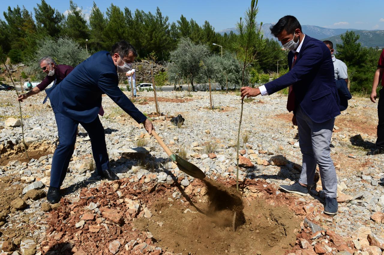 Fidanlar Demokrasi Şehitleri Anısına Toprakla Buluştu