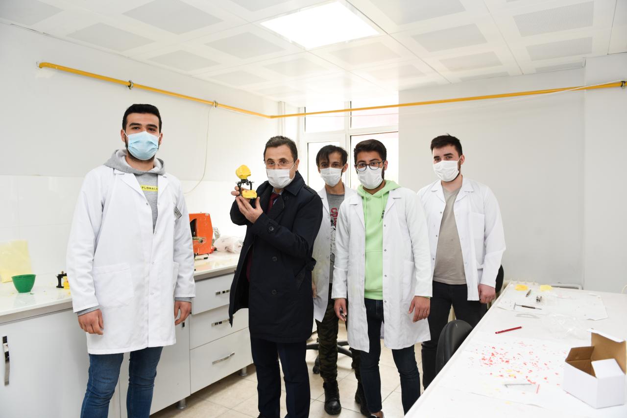Rektör Çiçek, Diş Hekimliği Fakültesinde Uygulamalı Derse Katıldı